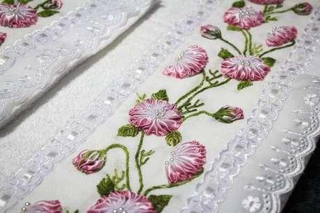 8. Conjunto de toalhas bordadas com flor de fita – Via: Elo7