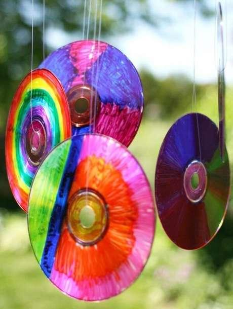 43. Crie lindos enfeites coloridos por meio do artesanato com CD. Fonte: Pinterest