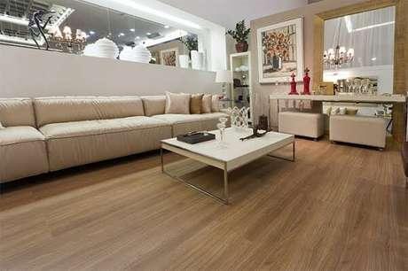 14. Decore a sala de estar com piso flutuante. Fonte: Ateliê Revestimentos