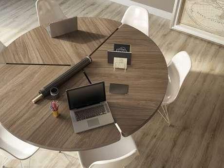 4. Decore o escritório com piso flutuante. Fonte: RC Pisos