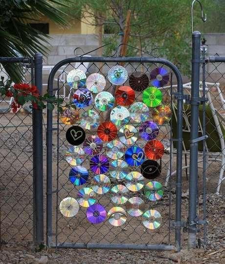 47. Decore o portão do quintal com pedaços de CD. Fonte: Pinterest