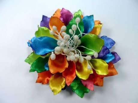 9. Aprenda como fazer flor de fita de cetim – Via: Meus Artesanatos