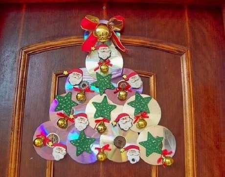 50. Enfeite de natal para porta criado por meio do artesanato com CD. Fonte: Pinterest