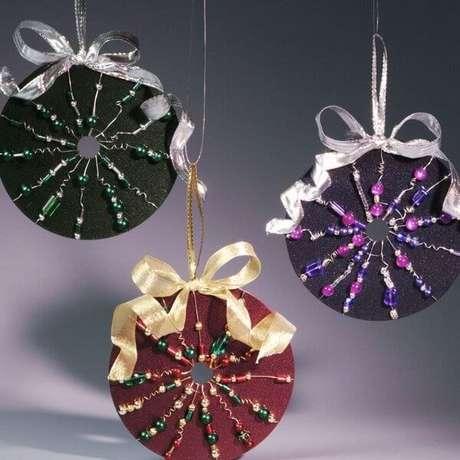 53. Enfeites natalinos com miçangas, fitas e artesanato com CD. Fonte: Revista Artesanato