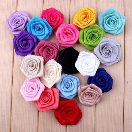 6. Flor de fita de cetim com cores coloridas – Via: Hotel and Wildpark