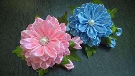 12. Flor de fita de cetim com pérola para usar na decoração de casa – Via: Rifai Date