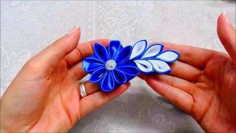 14. Flor de fita azul para usar na decoração de casa – Via: Sociedade da Arte