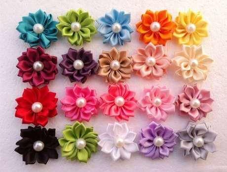 16. Aprenda como fazer flor de fita de cetim coloridas para usar em casa – Via: Aliexpress