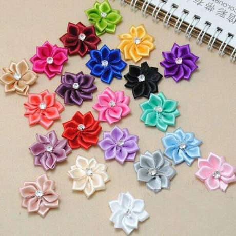 18. Flor de fitas coloridas para você decorar a casa – Via: Pinterest