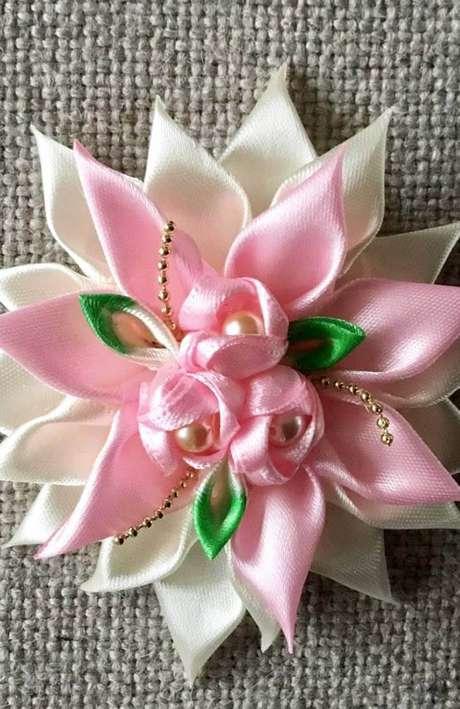 17. Flor de fita de cetim para acessórios – Via: Decor Fácil