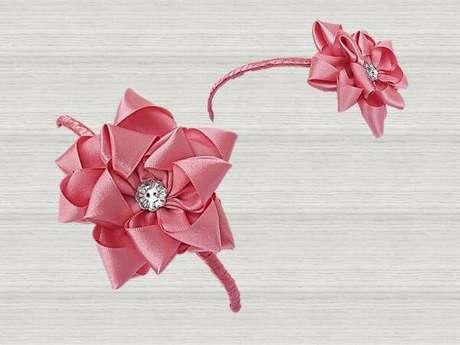 20. Flor de fita cor de rosa no acessório de casa – Via: Elo7