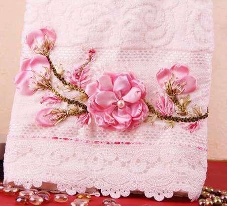 22. Flor de fita de cetim na toalha bordada – Via: Pinterest