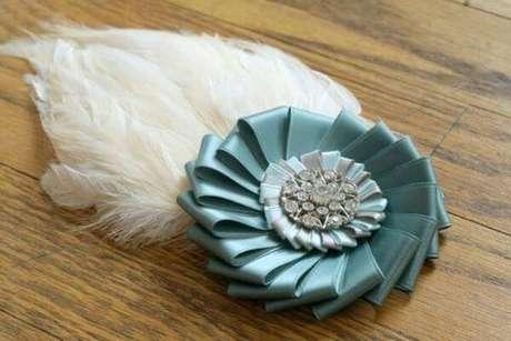 3. Flor de fita de cetim com plumas e brilhos – Via: DIY is Fun
