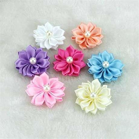 24. Flor de fita de cetim com cores coloridas e pérola no meio – Via: DHGate