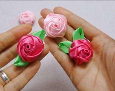 25. Aprenda como fazer flor de fita de cetim passo a passo – Via: Pinterest