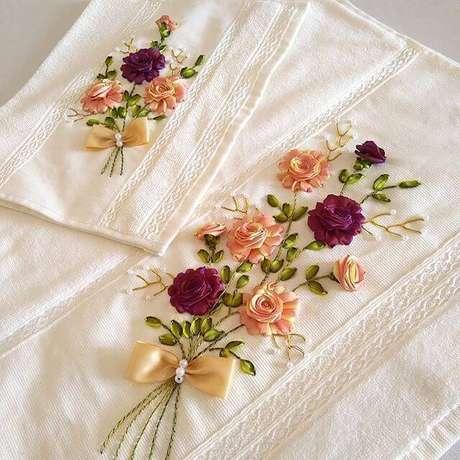26. Flor de fita de cetim no kit lavabo – Via: Pinterest