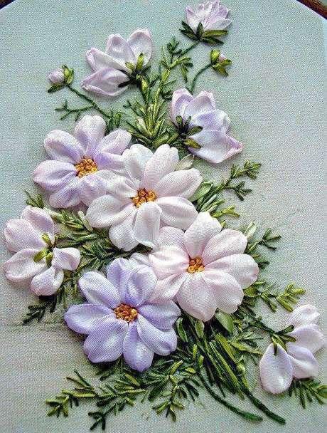 27. Flor de fita de cetim bordado em enfeites – Via: Gallery