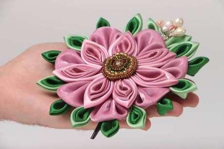 28. Flor de fita de cetim com bordados de pérolas – Via: Made Heart
