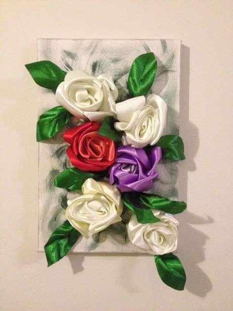 29. Flor de fita de cetim na decoração – Via: Elo7