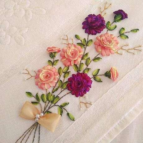 30. Flor de fita de cetim na toalha de casa – Via: Pinterest