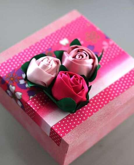 31. Caixa decorada com flor de fita de cetim – Via: Artesanato Brasil