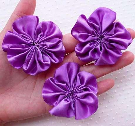 5. Flor de fita de cetim simples para casa – Via: Miniature Sweet