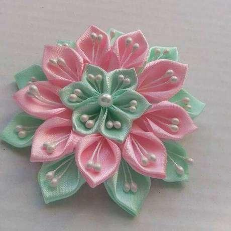33. Flor de fita verde e rosa com pérolas – Via: Top Buzz