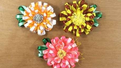 39. Flor de fita fina para decorar a casa – Via: Pinterest