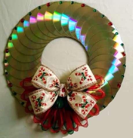 61. Guirlanda de natal feita com vários CDs antigos. Fonte: Pinterest