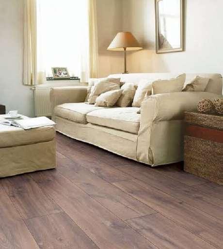 15. Decore a sala de estar com piso flutuante em tom escuro. Fonte: Ateliê Revestimentos