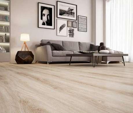 16. O piso flutuante em tom claro combina com os demais objetos de decoração do ambiente. Fonte: RC Pisos