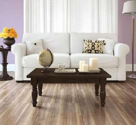17. Para a sala de estar sofá branco e piso flutuante. Fonte: Ateliê Revestimentos
