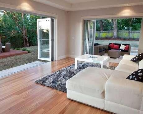 18. Decore todo o cômodo do quarto de casal com piso flutuante. Fonte: Decorando Casas