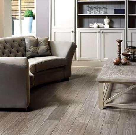 19. Sofá meia lua e piso flutuante de madeira para sala de estar. Fonte: Home Decor News