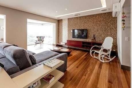 20. Sala de estar com sofá suede, cadeira de balanço e piso flutuante. Fonte: Homify