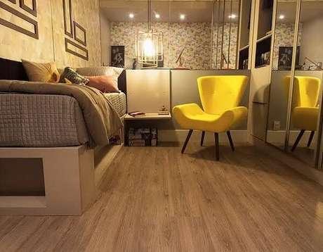 53. Quarto com piso flutuante e poltrona amarela. Fonte: Ornare Decoração e Design