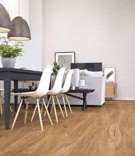 26. Sala de jantar com cadeira eiffel, pendentes e piso flutuante. Fonte: Pinterest
