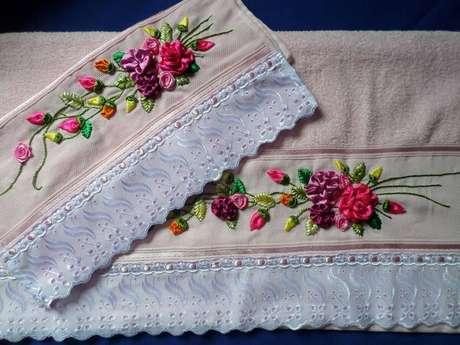 41. Jogo de toalhas bordadas com arranjos de flor de fita de cetim – Via: Elo7