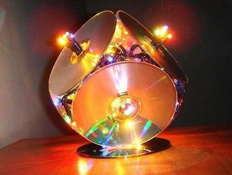 64. Luminária especial criada por meio do artesanato com CD. Fonte: Artesanato Passo a Passo