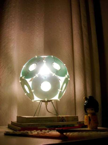 11. Artesanato com CD que se tornou uma linda luminária. Fonte: Pinterest