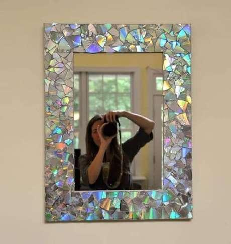 14. Artesanato com CD vira moldura de espelho. Fonte: Pinterest