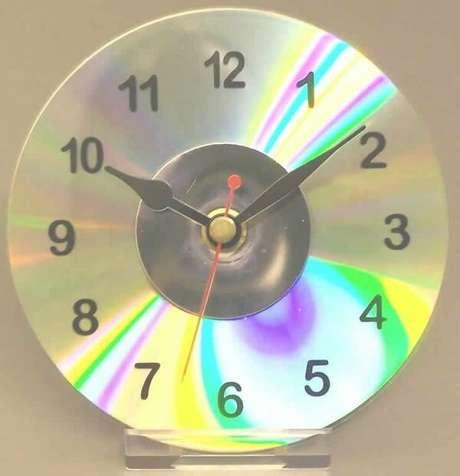 67. O artesanato com CD permite criar lindos relógios de mesa. Fonte: Pinterest