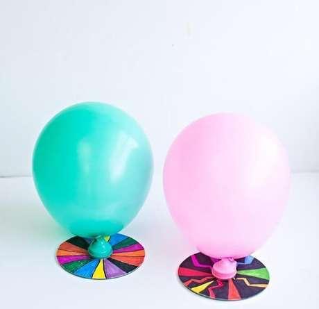 68. O artesanato com CD permitiu criar uma base para segurar bexigas. Fonte: Pinterest