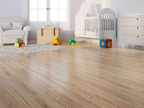 29. O quarto de bebê recebeu o acabamento com piso flutuante de madeira. Fonte: Ateliê Revestimentos