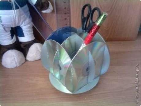 26. Organizador de mesa feito por meio do artesanato com CD. Fonte: Pinterest
