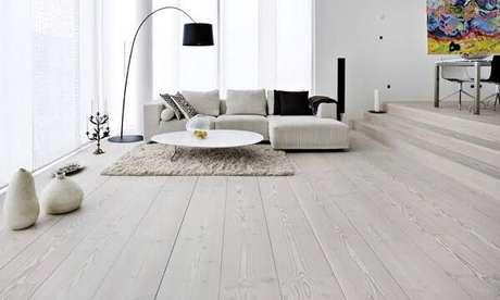 30. Piso flutuante branco para sala de estar. Fonte: Minas Pisos