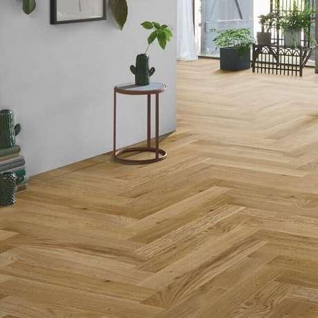 31. Piso flutuante de madeira em tom claro utilizado em ambientes integrados. Fonte: Doors and Floors