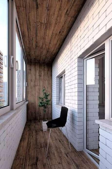 38. Varanda com parede de tijolinho branco e piso flutuante de madeira. Fonte: Pinterest
