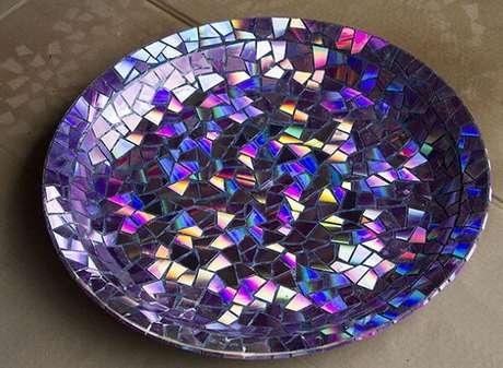71. Prato de mosaico feito de artesanato com CD. Fonte: Pinterest