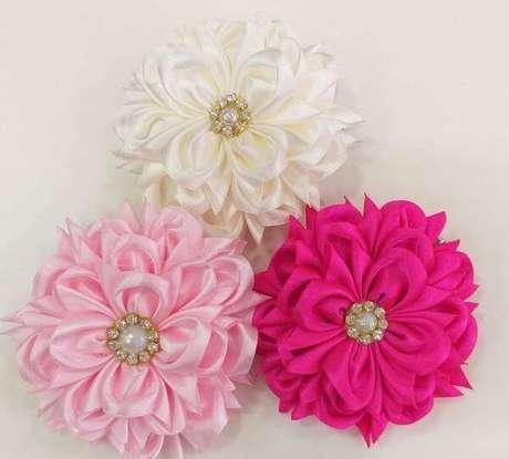 42. Presilha de flor de fita de cetim para usar como acessórios – Via: Elo7